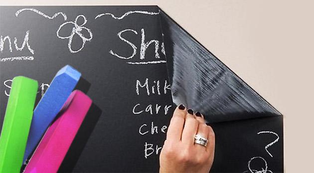 Praktická samolepiaca tabuľa s kriedami na písanie a kreslenie, ktorú ocenia deti i dospelí