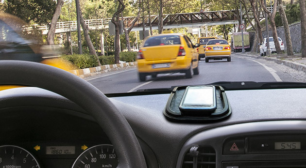 Viacúčelová protišmyková podložka s držiakom na GPS navigáciu do auta