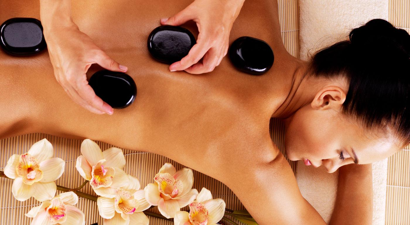 60 minútová relaxačná masáž lávovými kameňmi v salóne Masáže - Kozmetika v centre Bratislavy