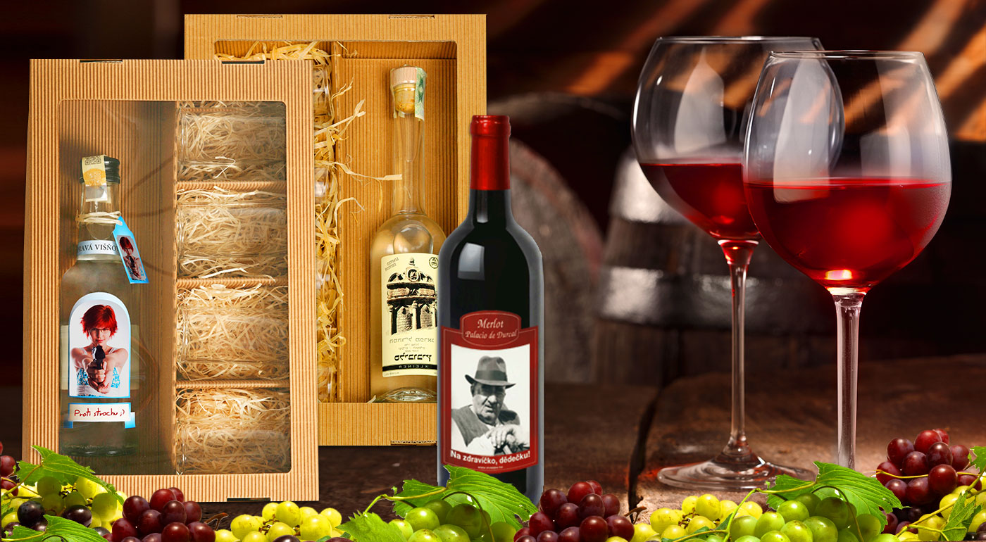 Víno alebo višňovica s vlastnou fotografiou a prianím pre šťastné a veselé sviatky
