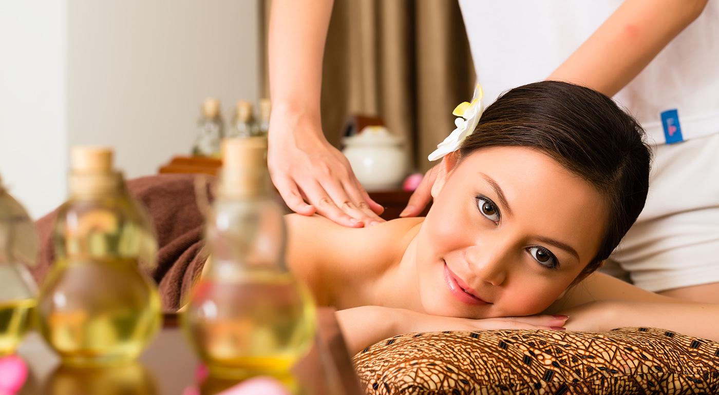Doprajte si masáž chrbta a nôh, Abhyanga - ajurvédsku celotelovú olejovú masáž alebo Abhyanga a indickú masáž hlavy a tváre Champi