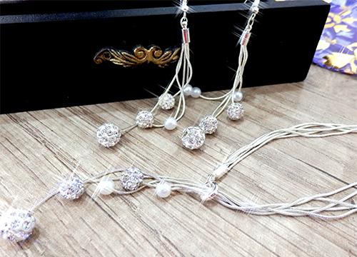 Set šperkov - visiace náušnice, náramok a náhrdelník, farba biela