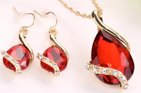 2-dielny set šperkov Tia (prívesok, retiazka, náušnice) - farba: červená