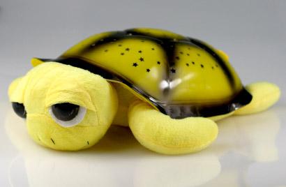 Hrajúca svietiaca korytnačka s otvorenými očkami - žltá