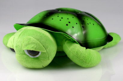 Hrajúca svietiaca korytnačka s otvorenými očkami - zelená