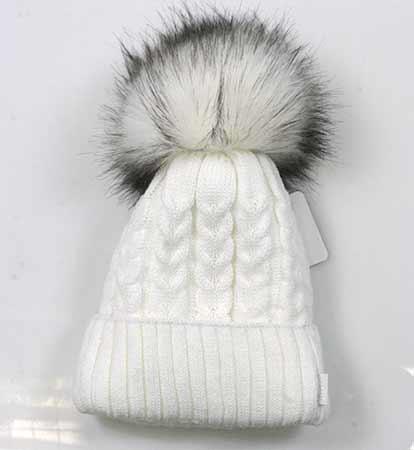 Dámska pletená čiapka so vzorom - biela