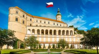 Zľava 35%: Oslávte príchod jari a rozkvitnutie mandľovníkov v moravskom meste Hustopeče návštevou zámku Mikulov. Podniknite zaujímavý jednodňový zájazd k susedom do Česka.