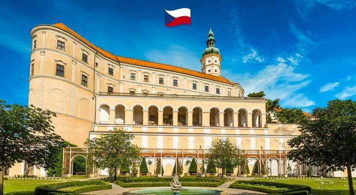 Fotka zľavy: Oslávte príchod jari a rozkvitnutie mandľovníkov v moravskom meste Hustopeče návštevou zámku Mikulov. Podniknite zaujímavý jednodňový zájazd k susedom do Česka.