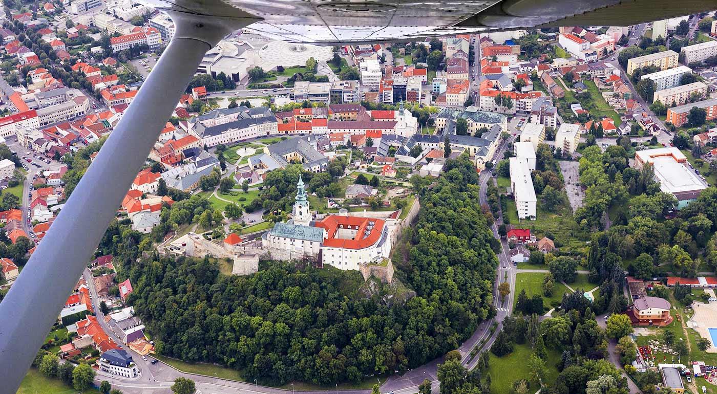 Zážitkový let športovým lietadlom ponad slovenské hrady a zámky s možnosťou pilotovania