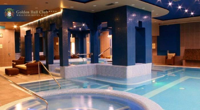 Poďte za horúcim oddychom k južným susedom do centra Győru! V luxusnom Golden Ball Club**** Wellness & Spa Hoteli vás čaká polpenzia, Wellness oáza, Saunový ostrov i fitness!