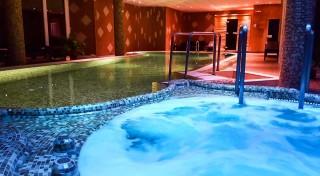 Zľava 31%: Pohodové dni plné oddychu v kúpeľnom meste Hévíz so slávnym liečivým jazerom v Club Hoteli & Wellness Főnix pre dvoch s polpenziou a neobmedzeným využitím wellness. Deti do 7 rokov zdarma!