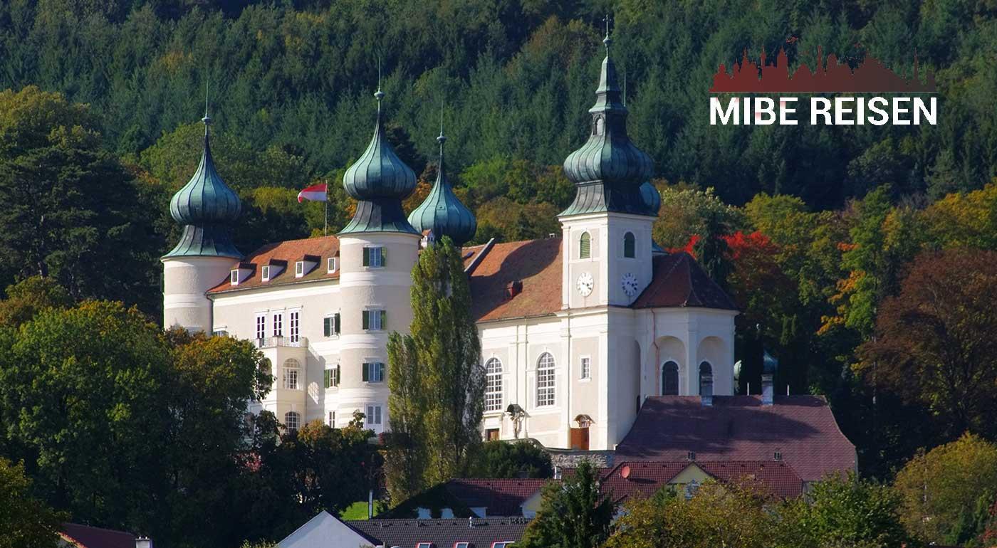 Jednodňový zájazd do Rakúska: Zámok Artstetten, drienkové slávnosti azážitkový svet whisky