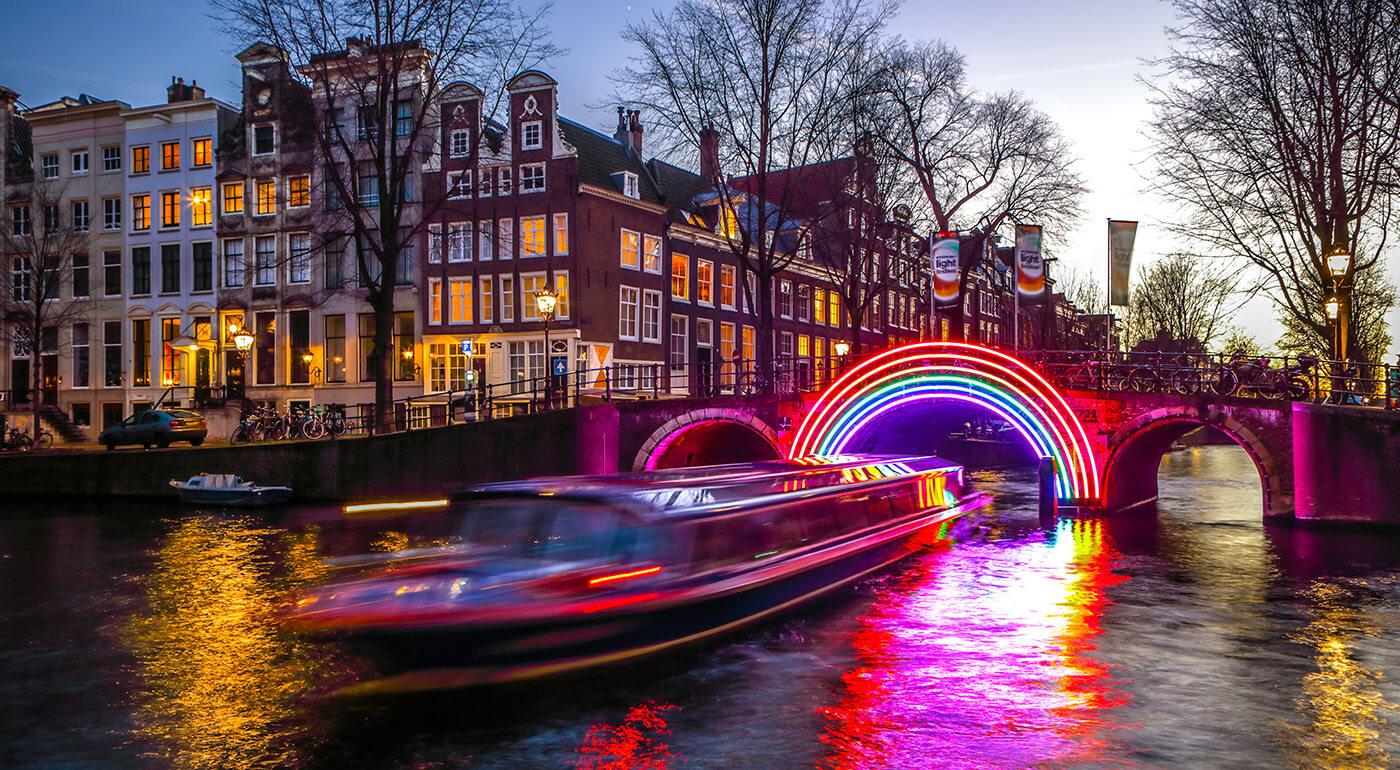 Fotka zľavy: Chcete sa poriadne vianočne naladiť? Vyberte sa na 4-dňový zájazd do Amsterdamu, kde navštívite vianočné trhy, holandské pamiatky a navyše zažijete jedinečný festival svetiel.