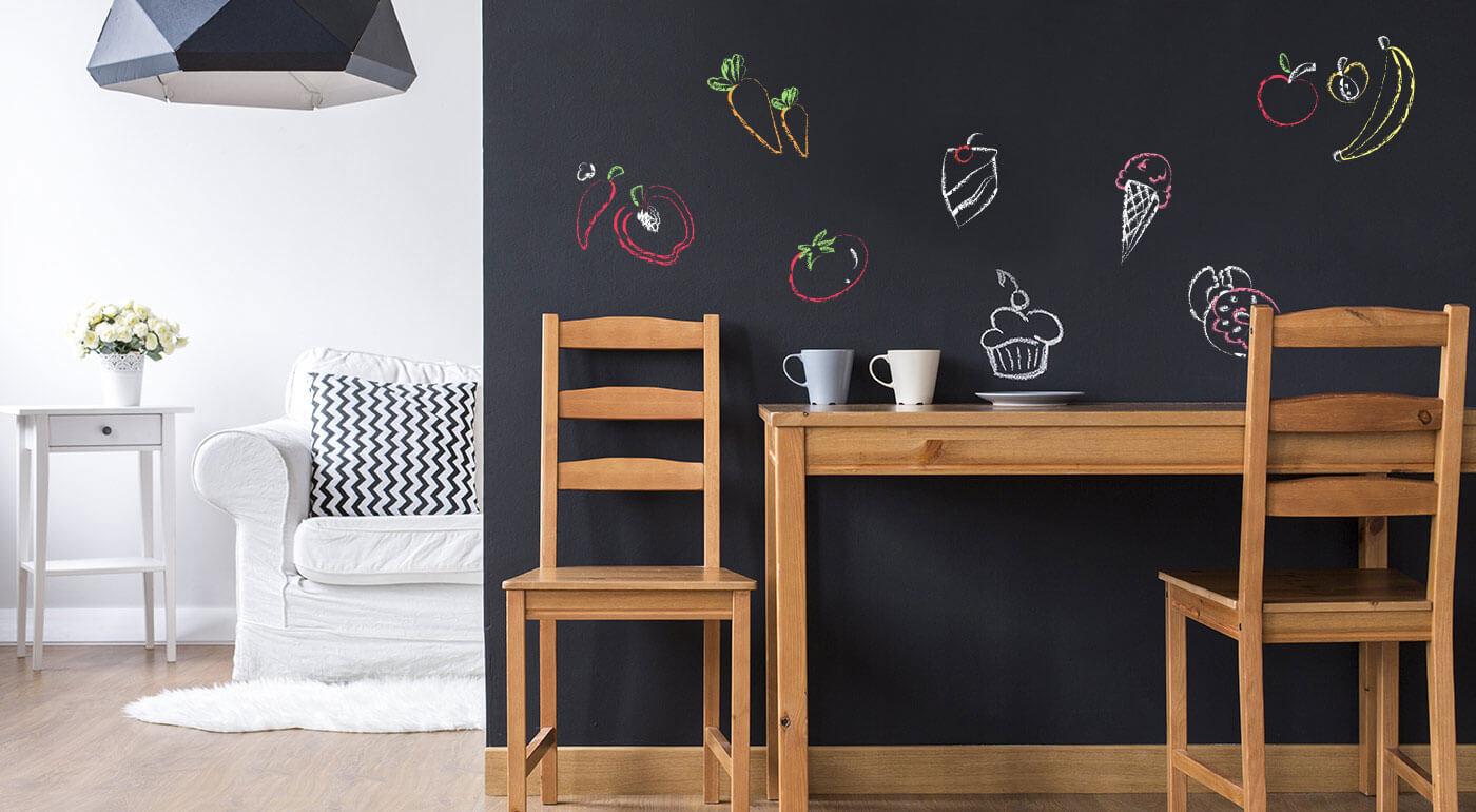 Praktická samolepiaca tabuľa s kriedami na písanie a kreslenie - originálna dekorácia do domácnosti!