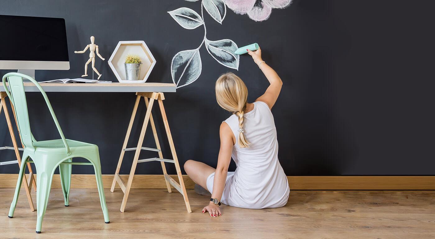 Fotka zľavy: Praktická samolepiaca tabuľa s kriedami na písanie a kreslenie. Originálna dekorácia do domácnosti!