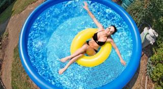 Zľava 30%: Nafukovací bazén je výborný záhradný doplnok, ktorý vás zabaví i osvieži počas horúcich dní. Zakúpte si ho v posezónnej zľave a zaručte si zábavné leto 2018. V ponuke sú 3 rôzne veľkosti aj s filtrom.