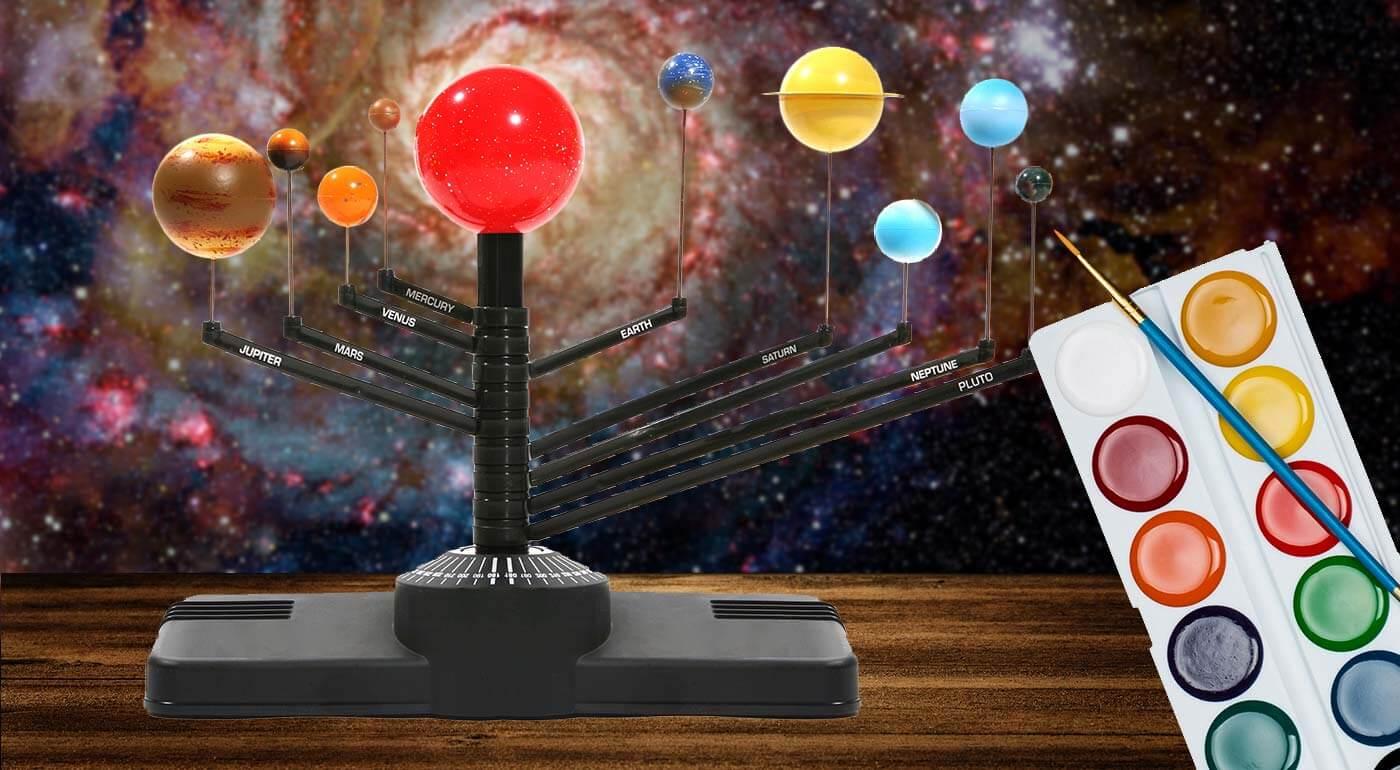 Fotka zľavy: Spoznávanie planét nemusí byť vždy nuda. Planetárny systém v našej ponuke si vaše deti môžu sami poskladať a tiež si namaľujú planéty s farbami a štetcom, ktoré sú súčasťou balenia.