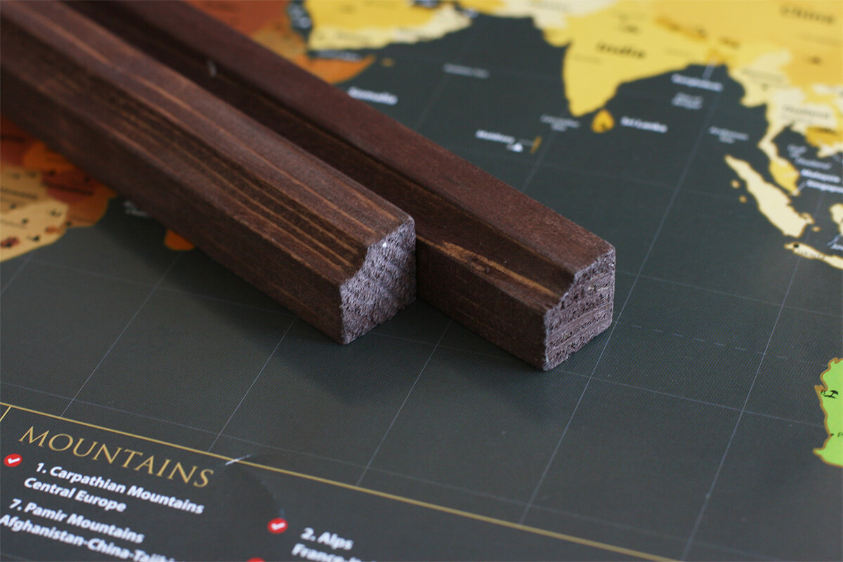 Lišty na zavesenie mapy aj s háčikom - morené drevo s profilom (dĺžka 85 cm, výška 2 cm a šírka 2 cm)
