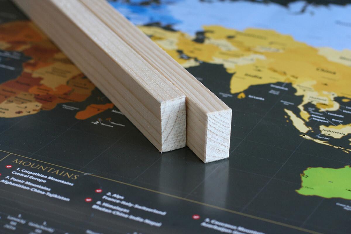 Lišty na zavesenie mapy s háčikom - prírodné drevo bez profilu (dĺžka 85 cm, výška 3 cm, šírka 1,5 cm)