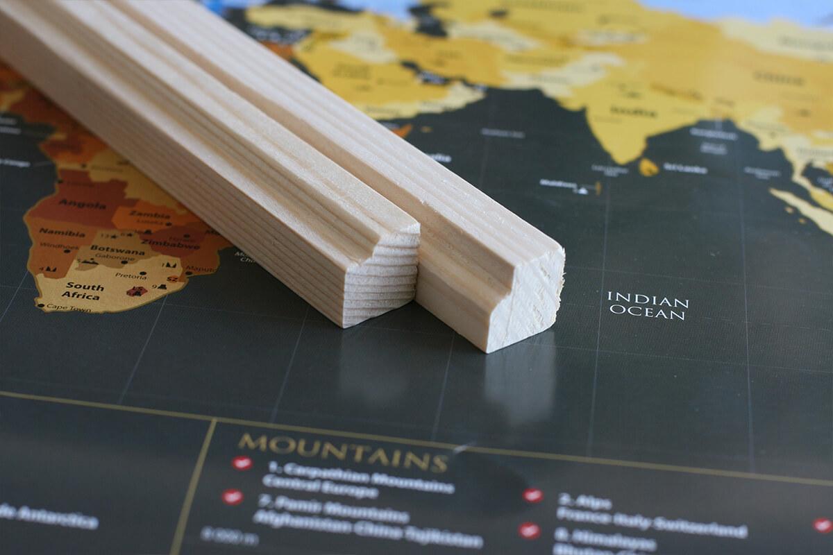 Lišty na zavesenie mapy s háčikom - prírodné drevo s profilom (dĺžka 85 cm, výška 2 cm a šírka 2 cm)