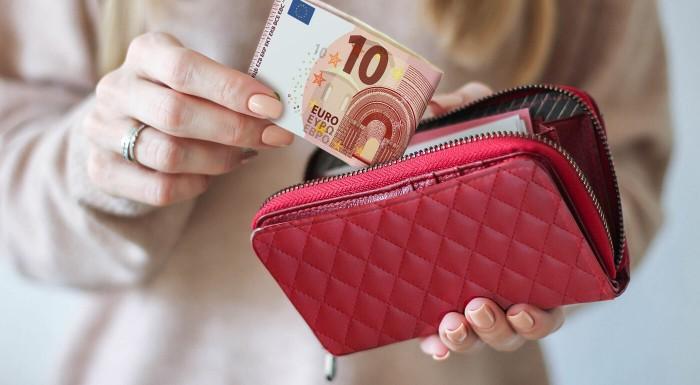 Fotka zľavy: Peniaze si zaslúžia kvalitné a bezpečné miesto úkrytu. Pre dámy máme v ponuke štýlovú peňaženku so zipsom, ktorá spĺňa aj tie najvyššie nároky. Má oddelené vrecko na mince a kopec priečinkov.