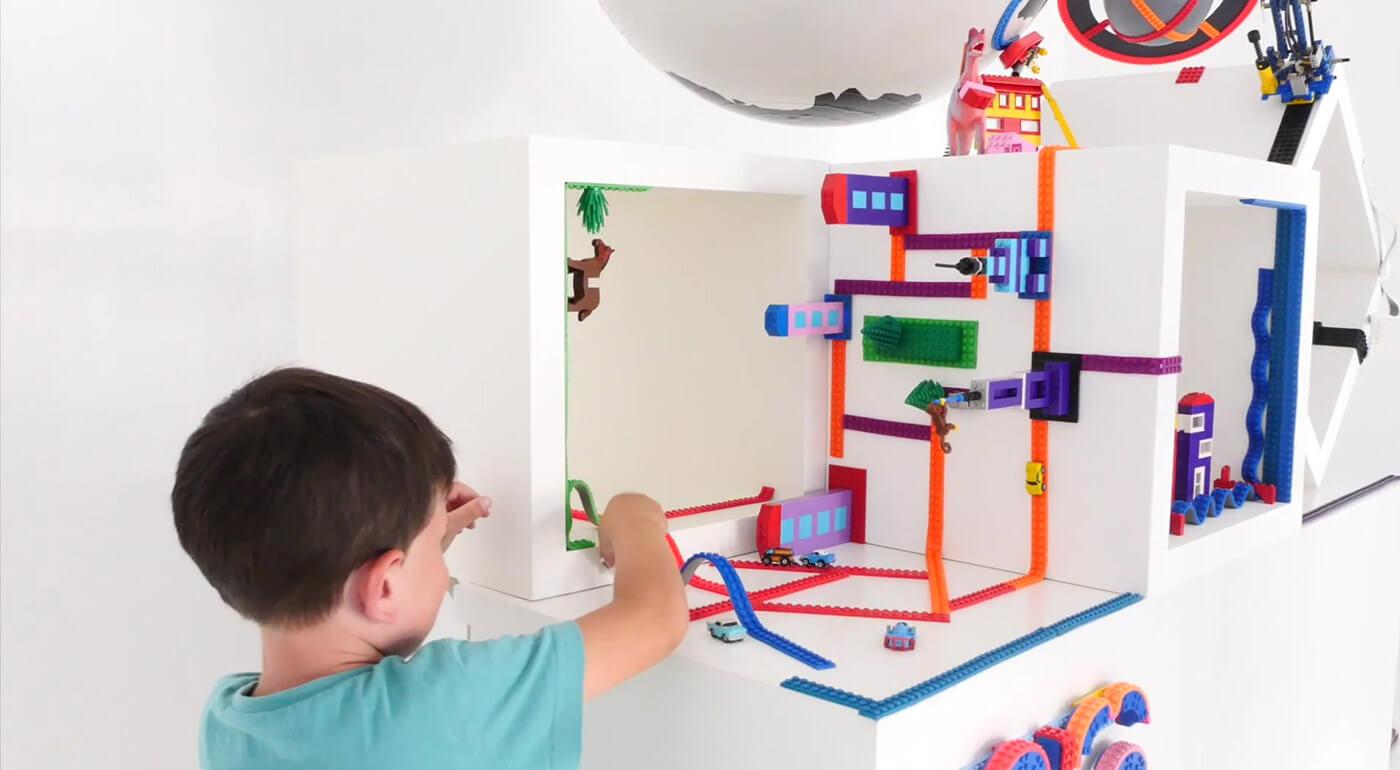 Lepiaca páska Build Bonanza kompatibilná so stavebnicami LEGO - skladajte kocky na zakrivených povrchoch aj dole hlavou!