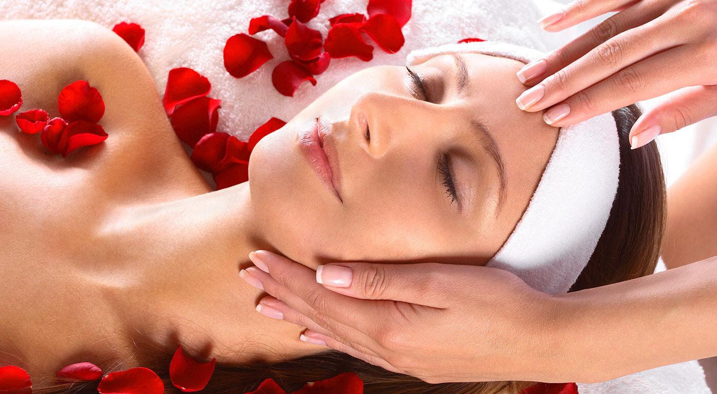 Relaxačná masáž tváre, krku a dekoltu spojená s kozmetickým ošetrením Ružový sen - špeciálna procedúra výhradne pre dámy