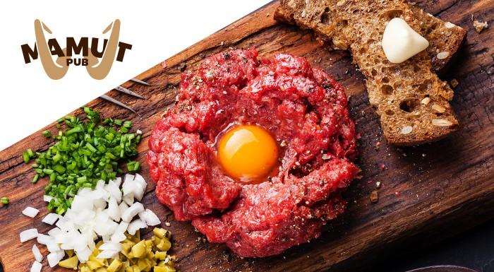 Zľava 42%: Máte chuť na poriadnu porciu mäsa? Vychutnajte si hriešne dobrý tatarák s hriankami pre 2 alebo 4 osoby v známom Mamut Pube v centre Bratislavy!