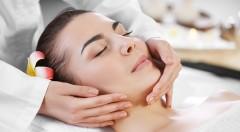 Relaxačná masáž tváre, krku a dekoltu spojená s kozmetickým ošetrením - špeciálna procedúra výhradne pre dámy