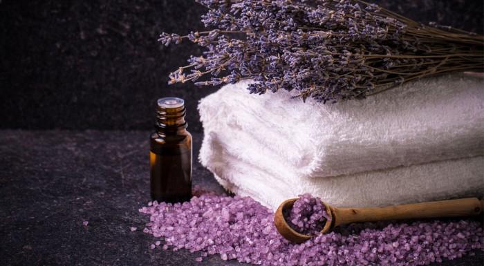 Náročný deň? Oddajte sa relaxačným účinkom levanduľového oleja a doprajte si voňavých 40 minút s masážou tváre, krku a dekoltu v Relaxačnom salóne.