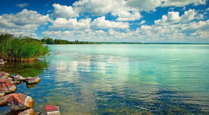 Zľava 50%: Výhľad na najkrajšie jazero Maďarska ozvláštni vašu dovolenku pri Balatone. Pri pobyte v CA Napfény Hoteli*** máte naviac raňajky a ubytovanie pre dieťa do 6 rokov zdarma!