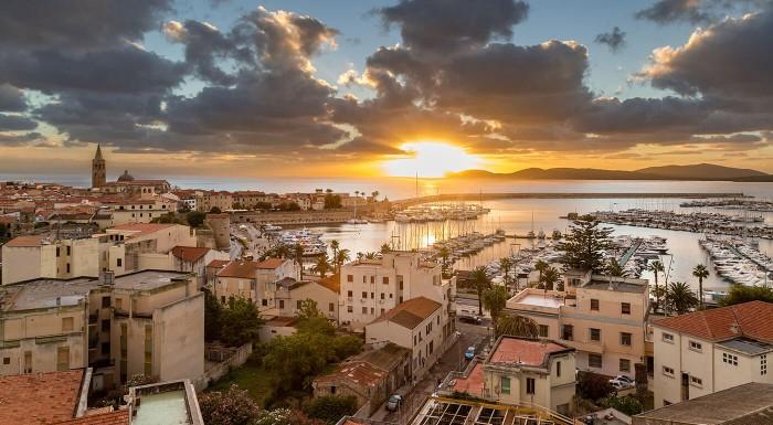 Zľava 5%: More, slnko a famózne talianske špeciality. Vychutnajte si letnú dovolenku na ostrove Sardínia v historickom meste Alghero. Privíta vás 4* Alghero Vacanze Hotel iba pár minút od pláže.