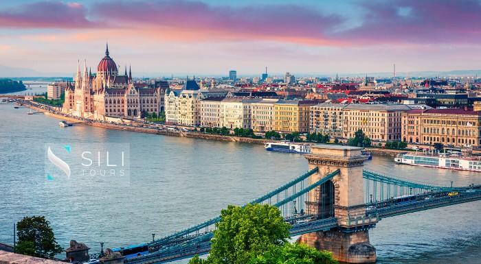Spoznajte krásy Budapešti z iného uhla - z podzemia! S CK Sili Tours si pozrite vápencovú jaskyňu, jaskyňu s labyrintom pod hradom, podzemnú nemocnicu a na záver si obzriete mesto z krásnej Citadelly.