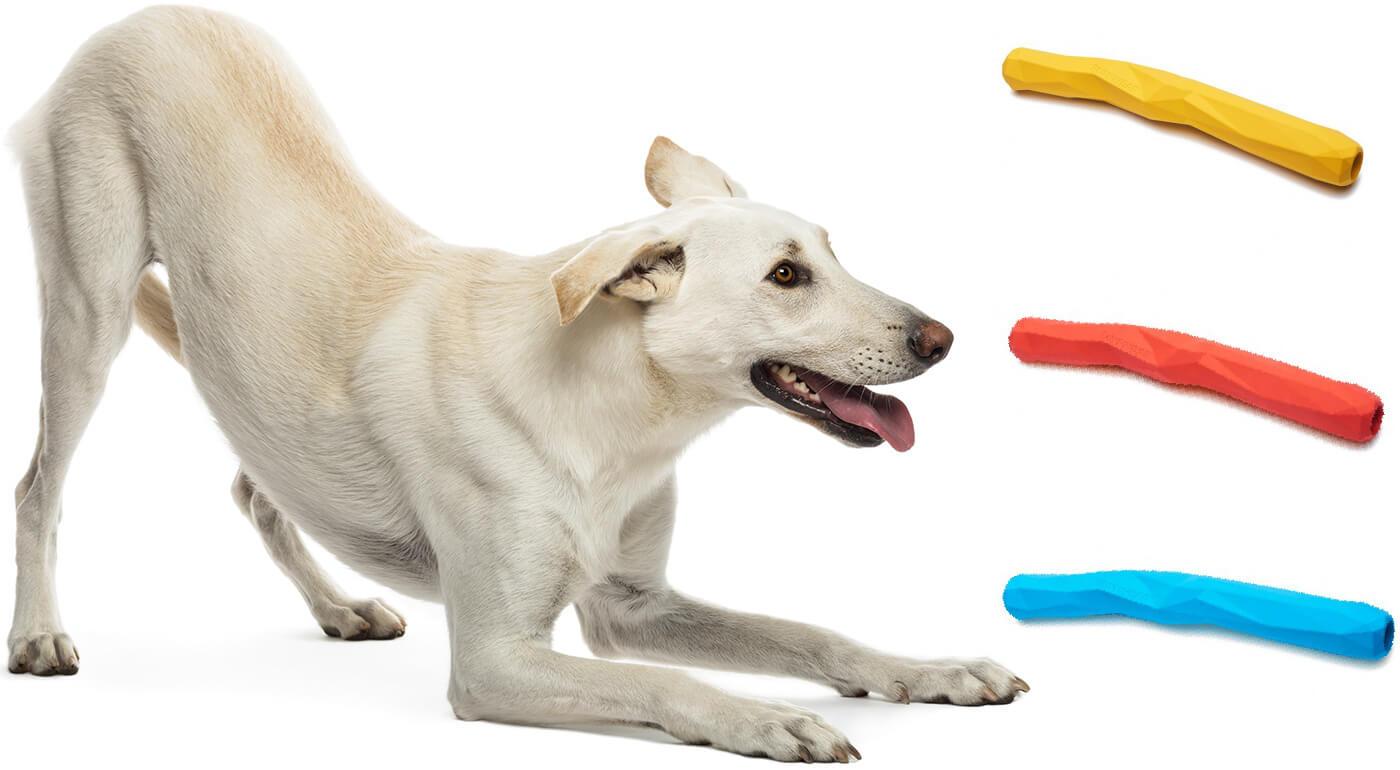 Hračky pre psy inšpirované prírodou - Ruffwear Gnawt-a-Stick a Ruffwear Gnawt-a-Cone z prírodnej gumy s vnútornou komorou na odmeny