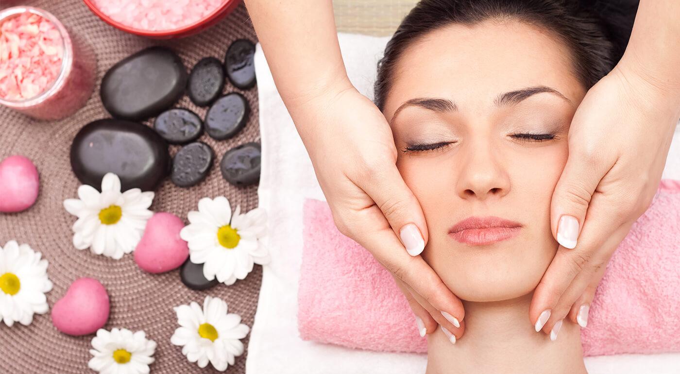Masáž tváre a dekoltu na regeneráciu alebo omladenie