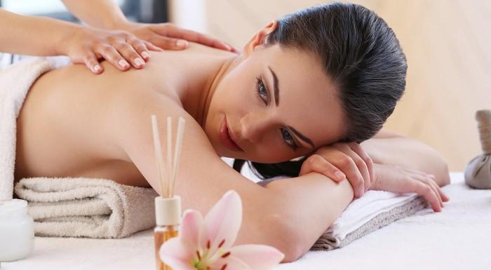 Esenciálne oleje, voňavé zábaly a peeling dokážu dokonale uvoľniť. Taká olejová alebo emocionálna masáž bude vašou odmenou na konci pracovného týždňa alebo po náročnom dni. Rezervujte si ju už dnes!