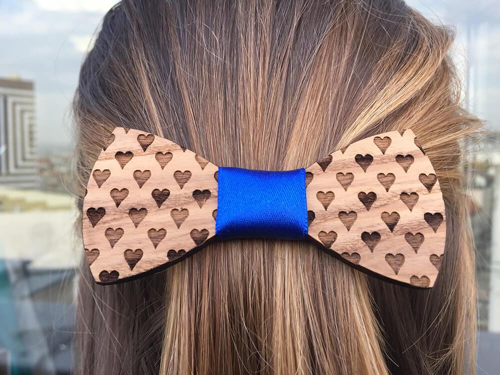 Drevená spona do vlasov - srdiečková s modrou stužkou