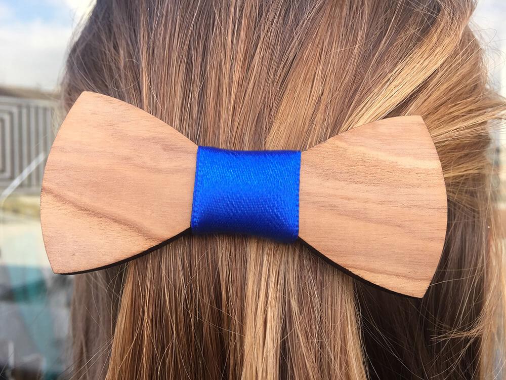 Drevená spona do vlasov - hladká s modrou stužkou