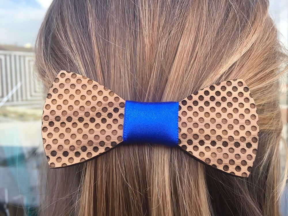 Drevená spona do vlasov - bodkovaná s modrou stužkou