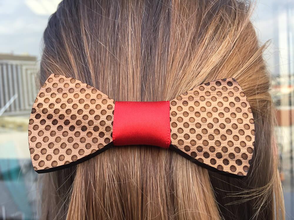 Drevená spona do vlasov - bodkovaná s červenou stužkou