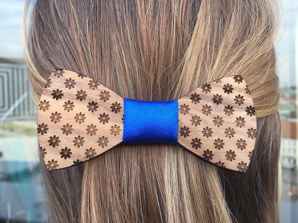 Drevená spona do vlasov - kvietkovaná s modrou stužkou