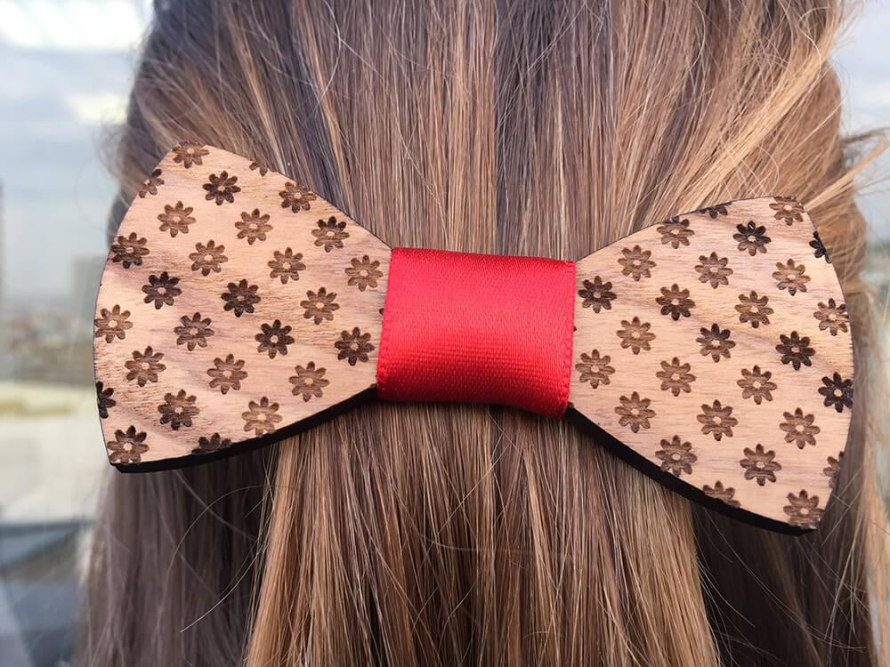 Drevená spona do vlasov - kvietkovaná s červenou stužkou