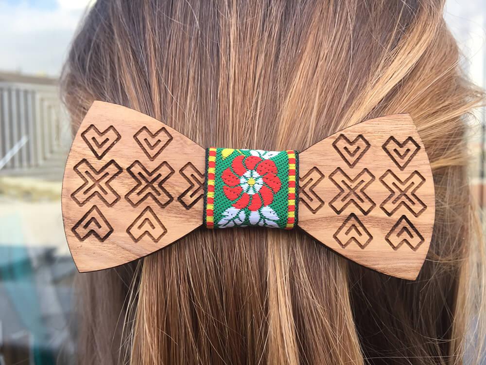 Drevená spona do vlasov - ľudová so zelenou ľudovou stužkou