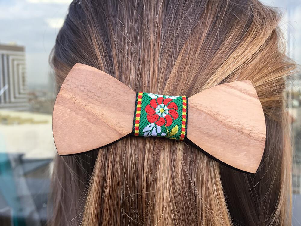 Drevená spona do vlasov - hladká so zelenou ľudovou stužkou