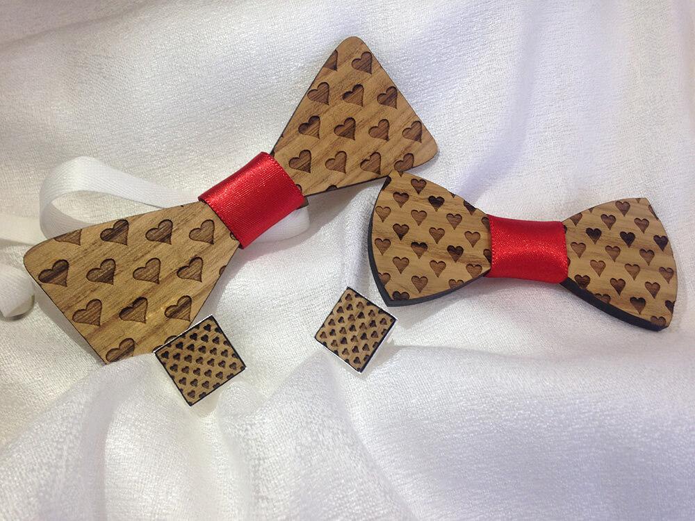 Exkluzívny set Srdiečkový - drevený motýlik, spona do vlasov a manžetové gombíky