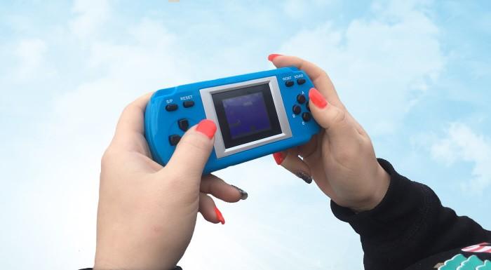 Chcete sa vrátiť do detských čias bez smartphonov? Retro hracia konzola obsahuje 288 klasických hier ako napríklad Super Mario alebo Formula. Hra je vďaka kompaktným rozmerom vhodná aj na cesty!
