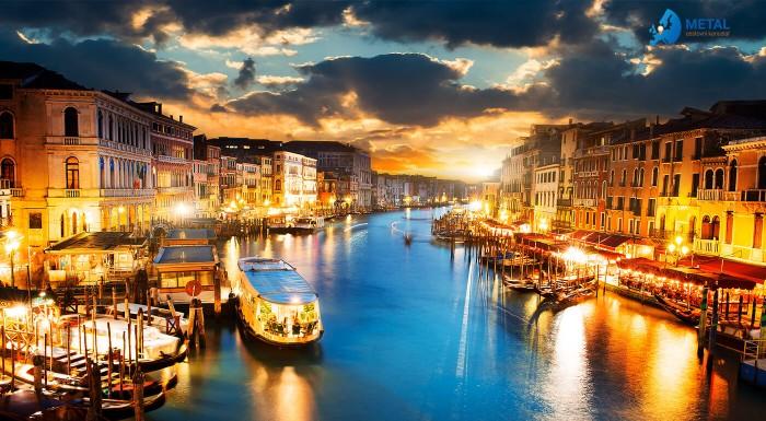 Valentín v Benátkach s fľašou sektu