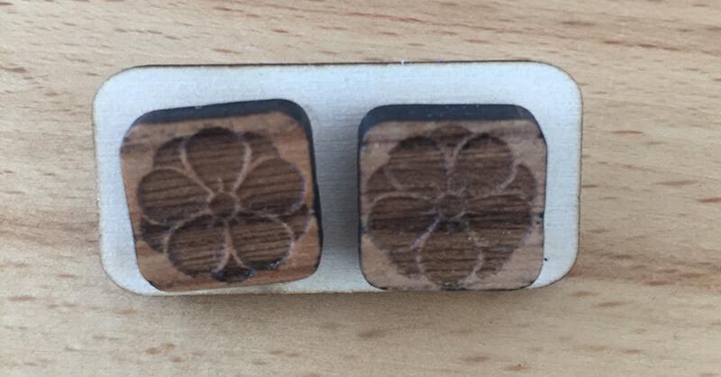 Drevené náušnice - vzor 18 (šírka 2,3 cm x výška 2,3 cm)