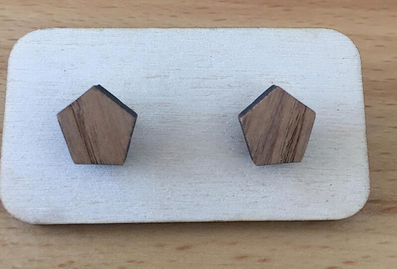 Drevené náušnice - vzor 20 (šírka 1,8 cm x výška 2,1 cm)