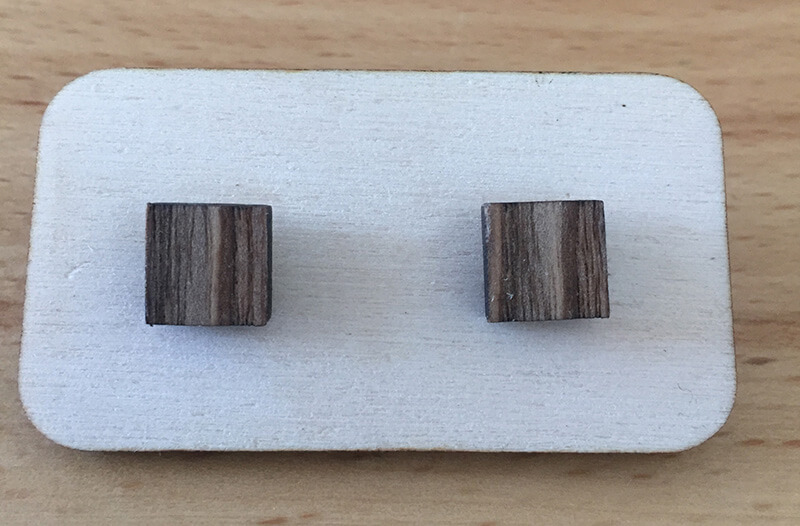 Drevené náušnice - vzor 21 (šírka 1,8 cm x výška 1,8 cm)